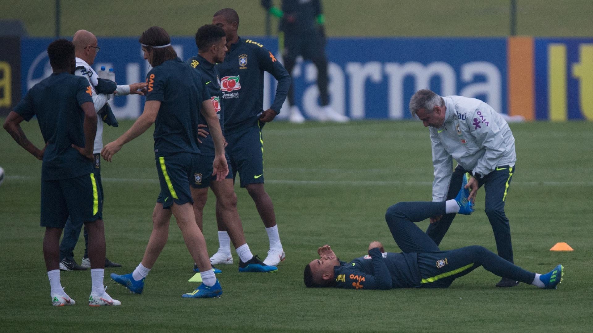 Gabriel Jesus é atendido por Fábio Mahseredjian, preparador físico da seleção brasileira, durante treino