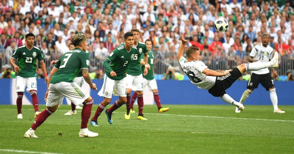 Joshua Kimmich, da seleção da Alemanha, tenta chute em jogo contra o México