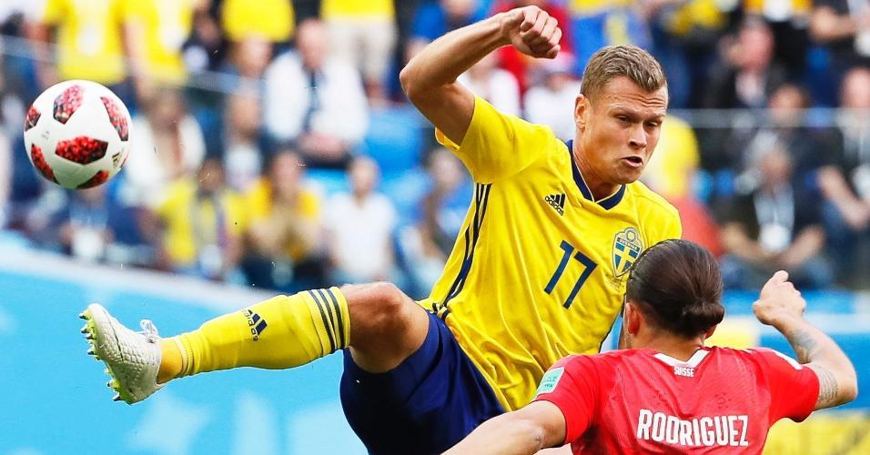 Viktor Claesson, da Suécia, em dividida com Ricardo Rodriguez, da Suíça
