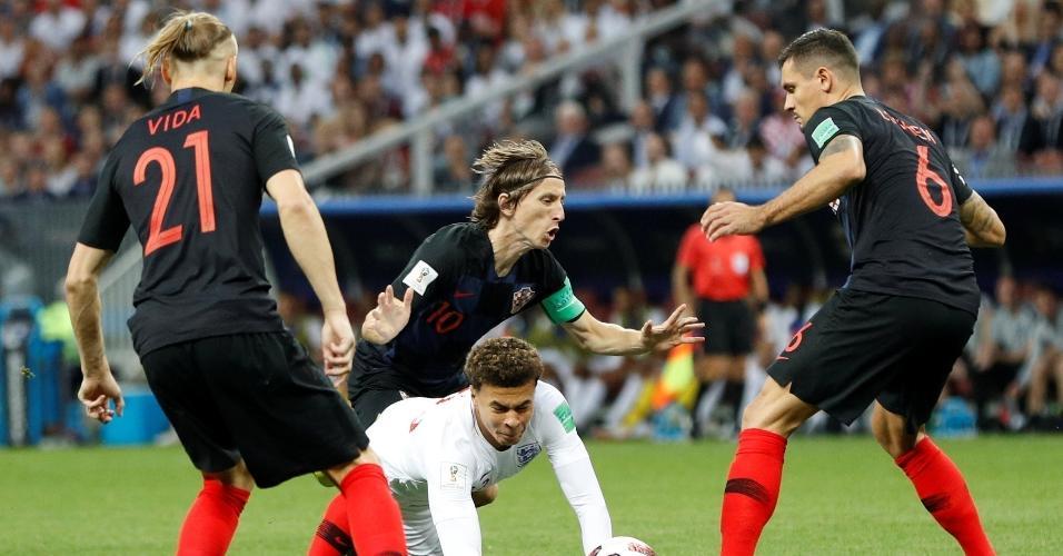 Luka Modric, da Croácia, comete falta em Dele Alli, da Inglaterra