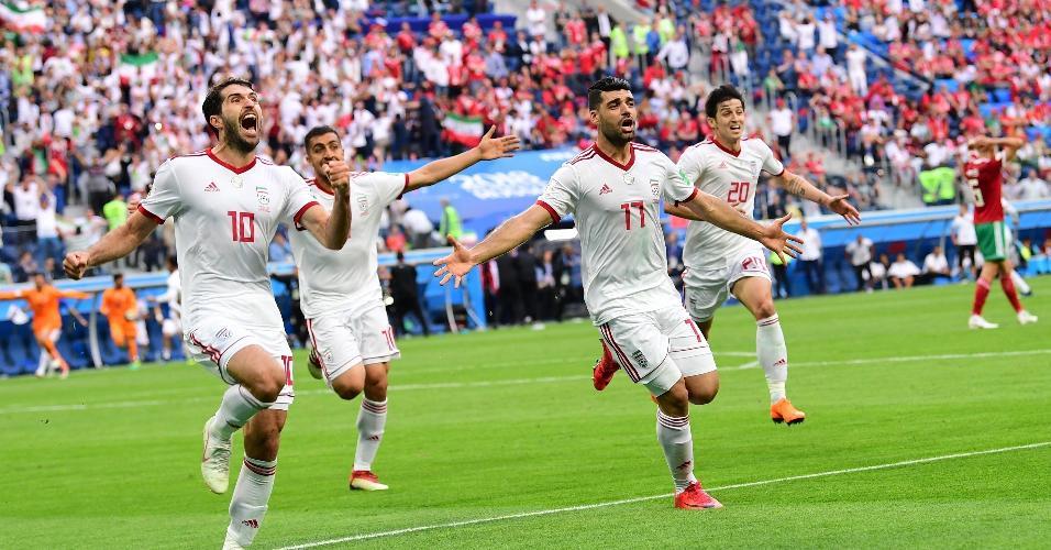 Jogadores da seleção do Irã comemoram gol