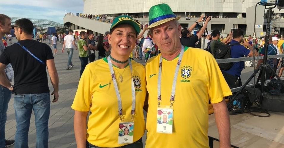 Pais do zagueiro Pedro Geromel chegam ao estádio para acompanhar a estreia do Brasil