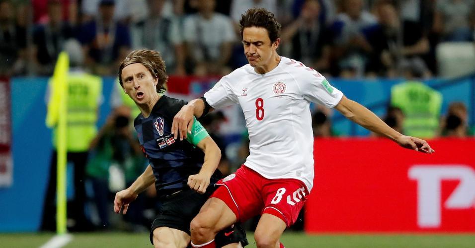 Luka Modric, da Croácia, é marcado pelo volante Thomas Delaney, da Dinamarca