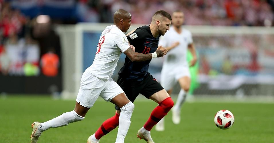 Ante Rebic, da Croácia, e Ashley Young, da Inglaterra, em lance disputado