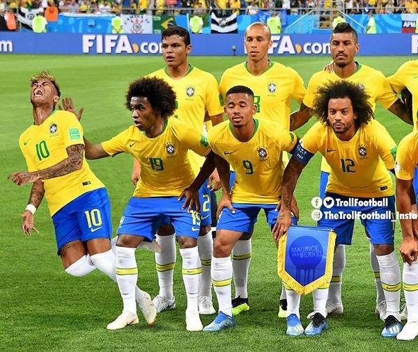 Meme Neymar caindo no hino