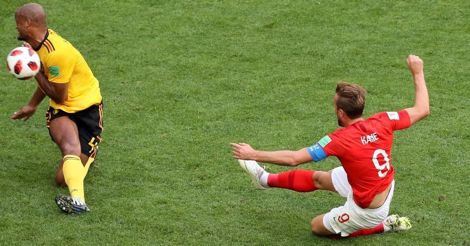 Harry Kane, da Inglaterra, arrisca finalização, mas é interceptado por Kompany, da Bélgica