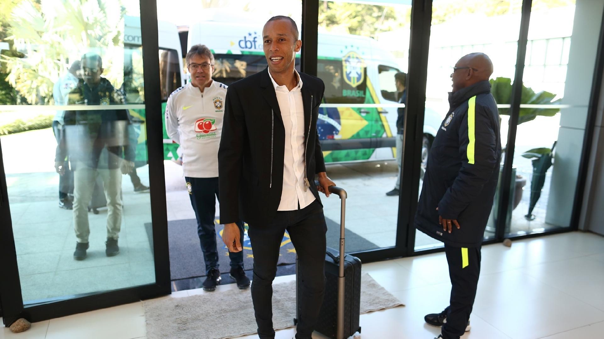 Zagueiro Miranda se apresenta à seleção brasileira