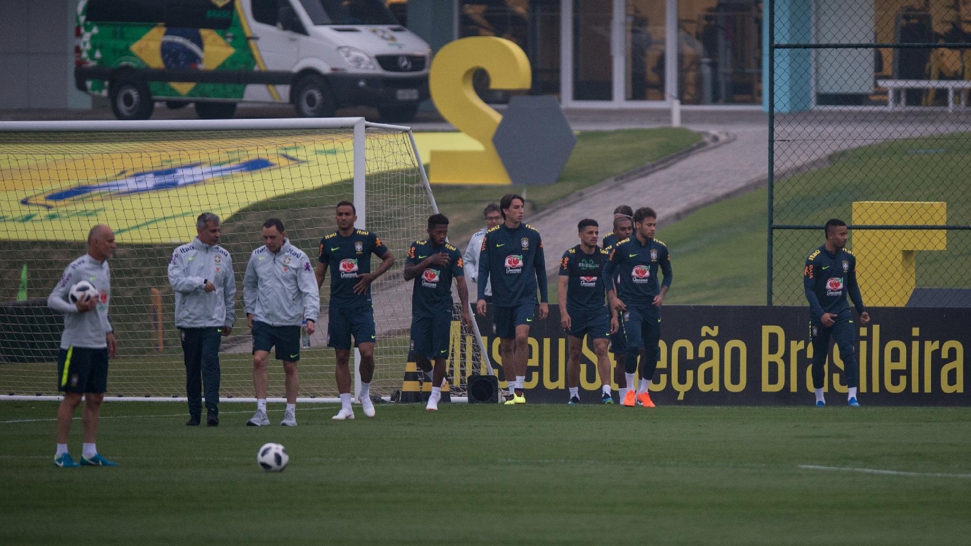 Oito jogadores de linha e três goleiros foram a campo no treino da seleção brasileira na Granja Comary