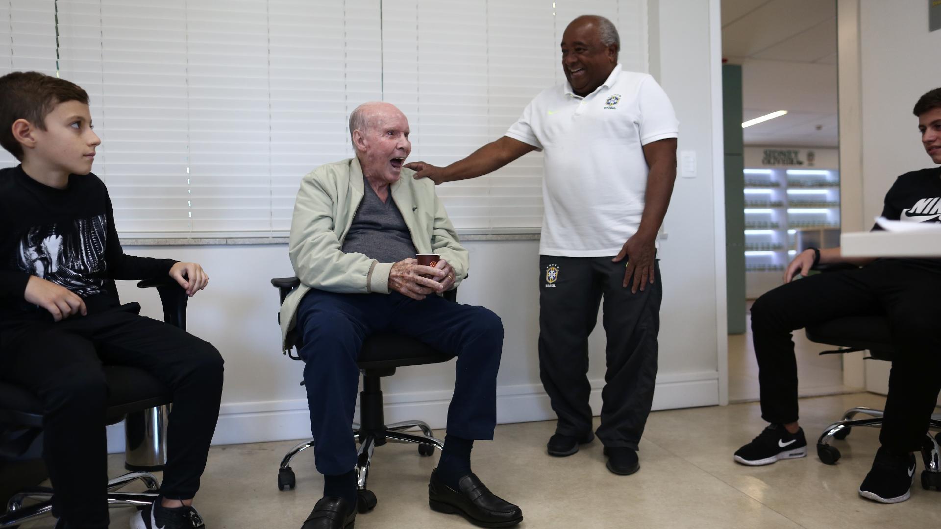 Zagallo reencontra Seu Paulinho, funcionário mais antigo da CBF