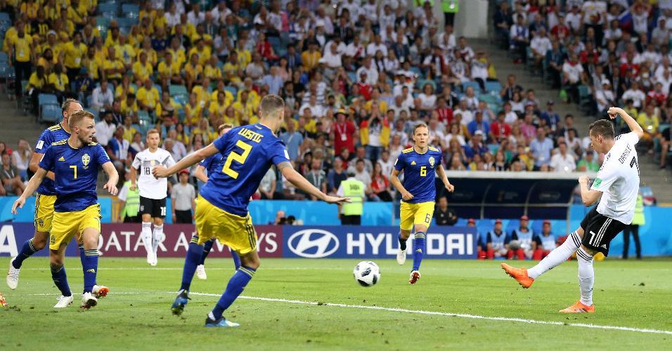 Julian Draxler, da Alemanha, chuta a bola em direção ao gol da Suécia