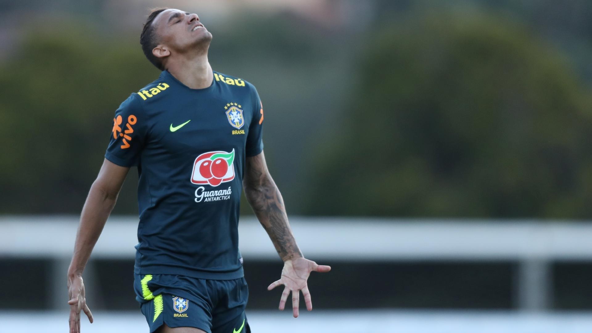 Danilo se lamenta durante treino com bola da seleção brasileira