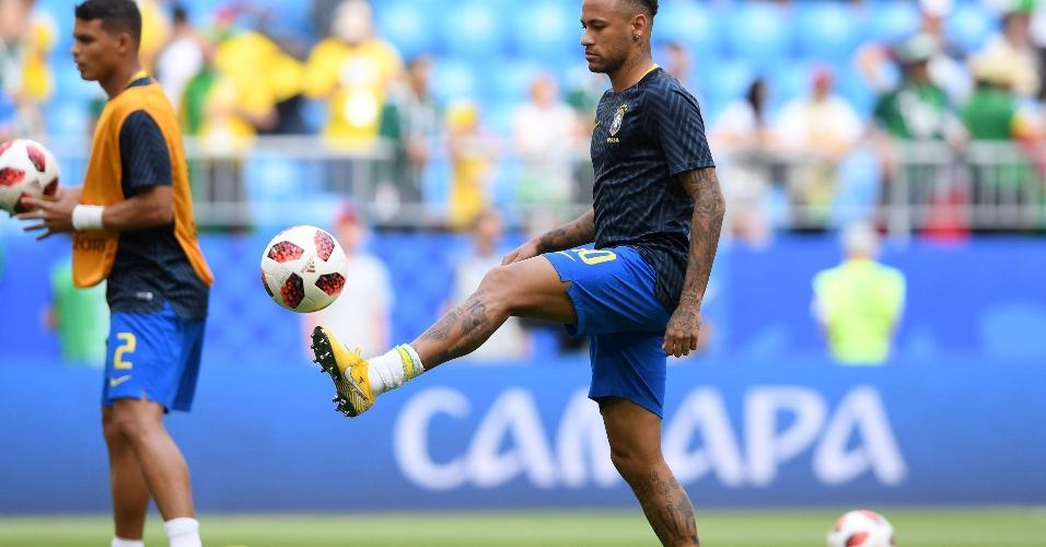 Neymar se aquece no campo da Arena Samara para jogo da Copa do Mundo