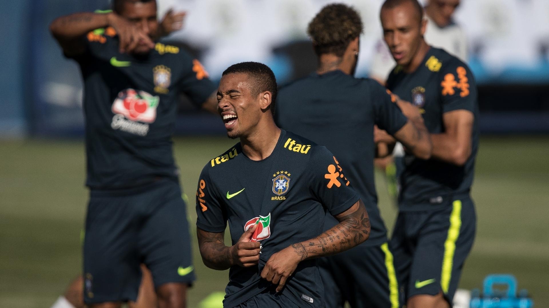 Gabriel Jesus dá risada durante treino da seleção brasileira