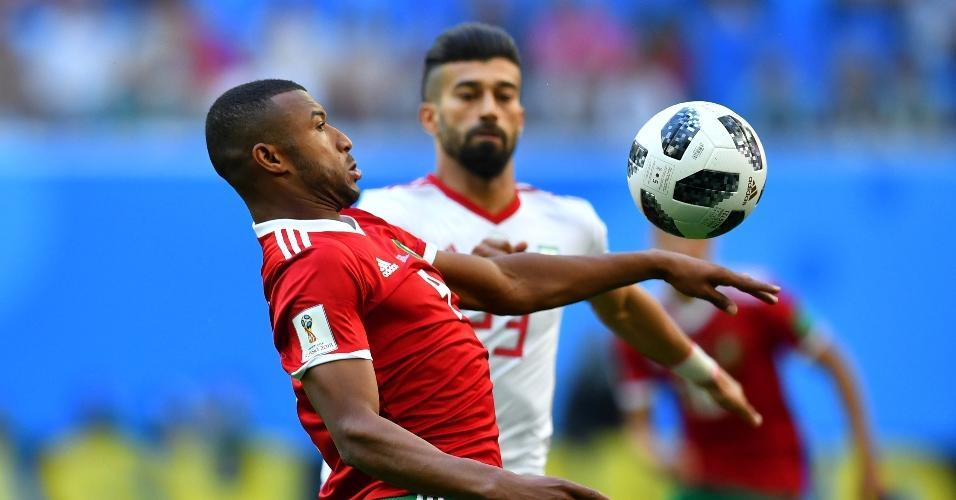 Ayoub El Kaabi, da seleção de Marrocos, disputa bola com Ramin Rezaeian, do Irã