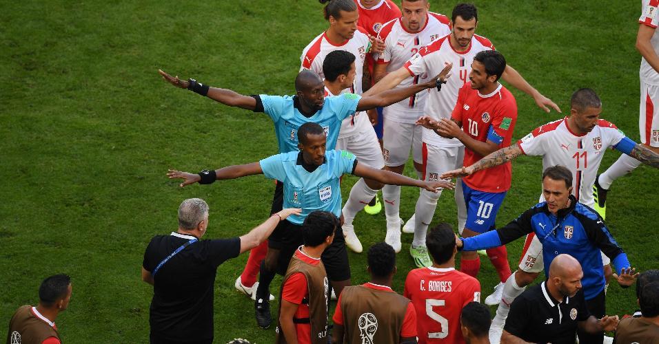 Jogadores da Costa Rica e da Sérvia se estranharam na lateral após auxiliar da Costa Rica segurar a bola