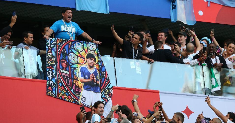 Diego Maradona faz a festa com os torcedores da Argentina antes de jogo contra a Nigéria