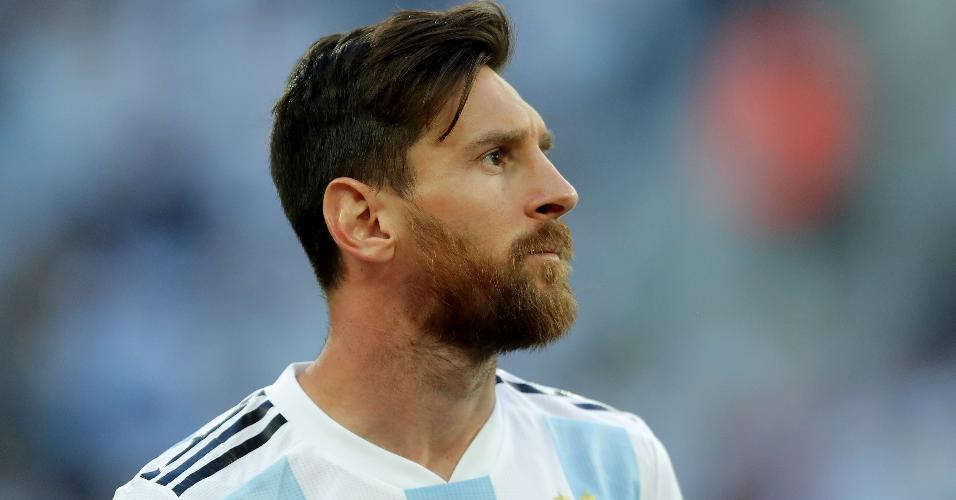 Lionel Messi espera o início do jogo entre Argentina e Nigéria