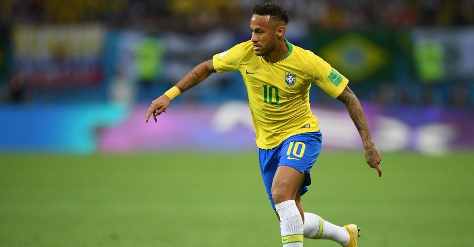 O atacante Neymar tenta fazer jogada individual para o Brasil contra a Bélgica