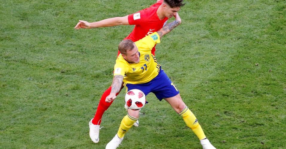 John Guidetti, da Suécia, tenta dominar a bola marcado por John Stones, da Inglaterra