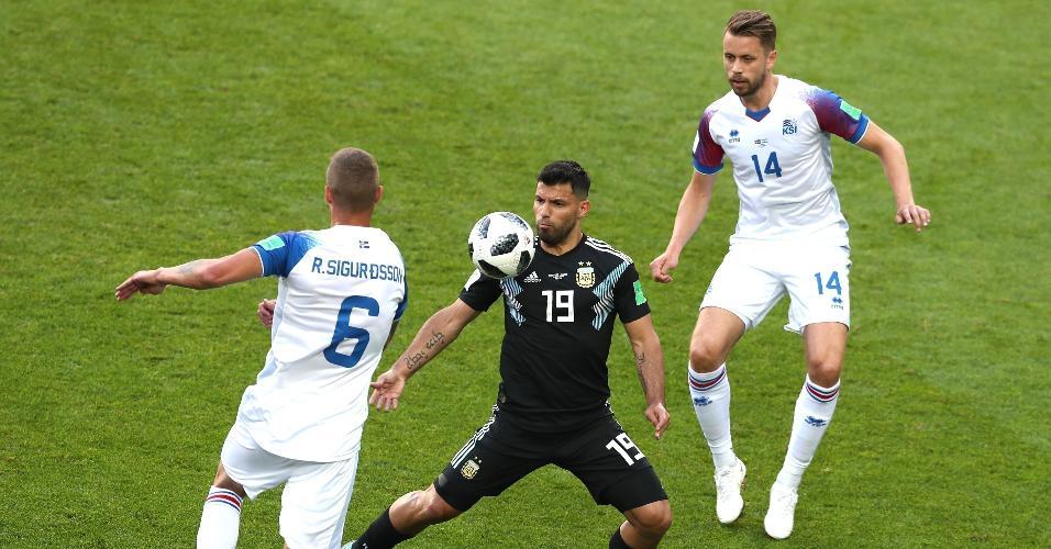 Aguero, da seleção da Argentina, domina a bola entre dois marcadores da Islândia