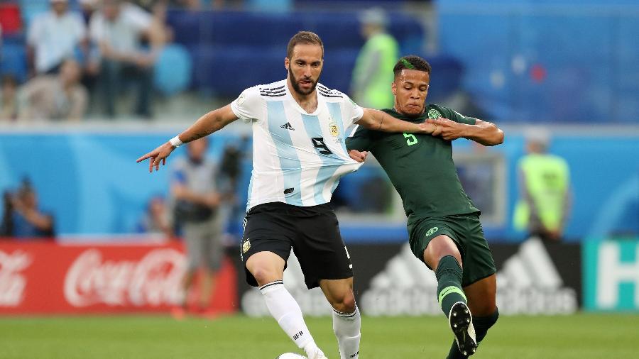 Gonzalo Higuaín, da Argentina, tenta jogada no duelo contra a Nigéria - Alex Morton/Getty Images