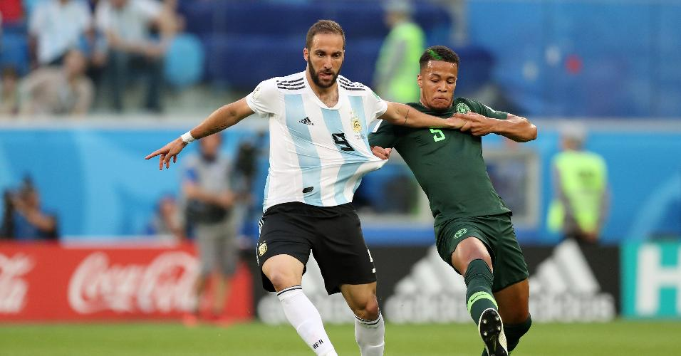 Gonzalo Higuaín, da Argentina, é segurado por William Ekong, da Nigéria