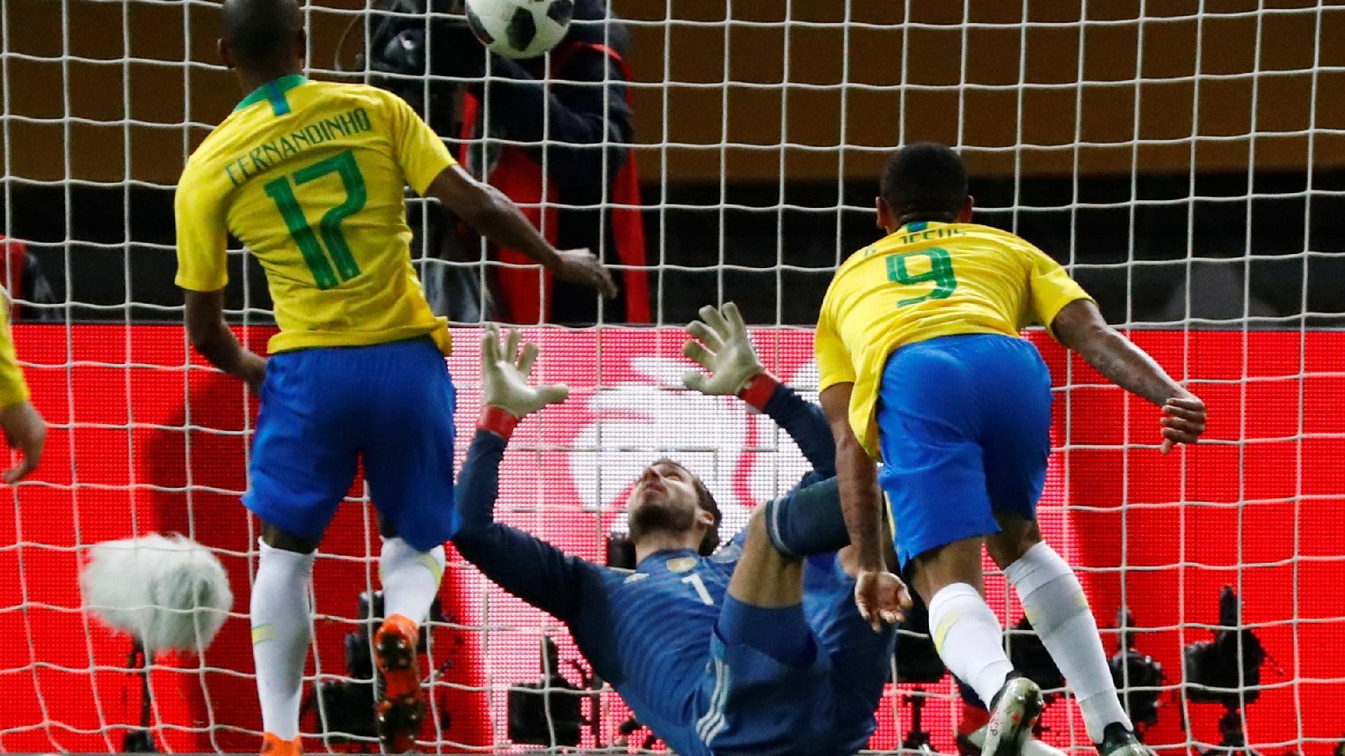 Trapp observa a cabeçada de Gabriel Jesus ultrapassar a linha de seu próprio gol