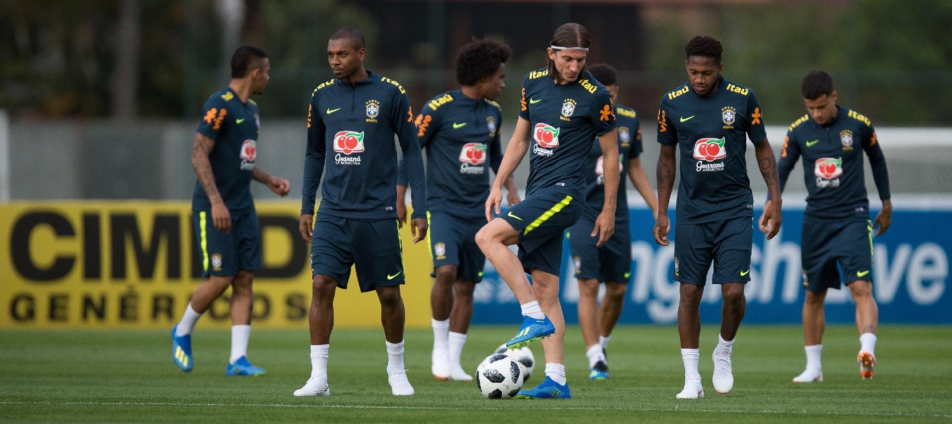 Jogadores da seleção brasileira se preparam para treino em campo