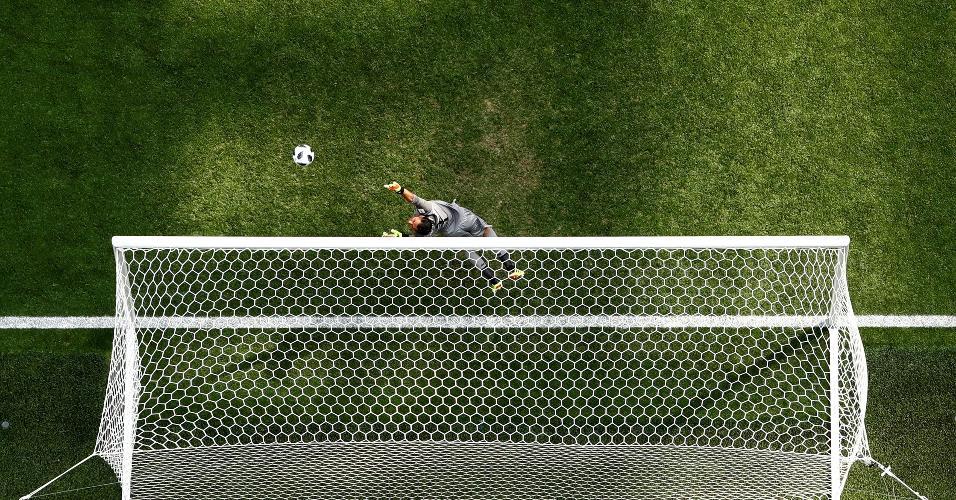 Gabriel Jesus cabeceou a bola, que acertou o travessão da Costa Rica