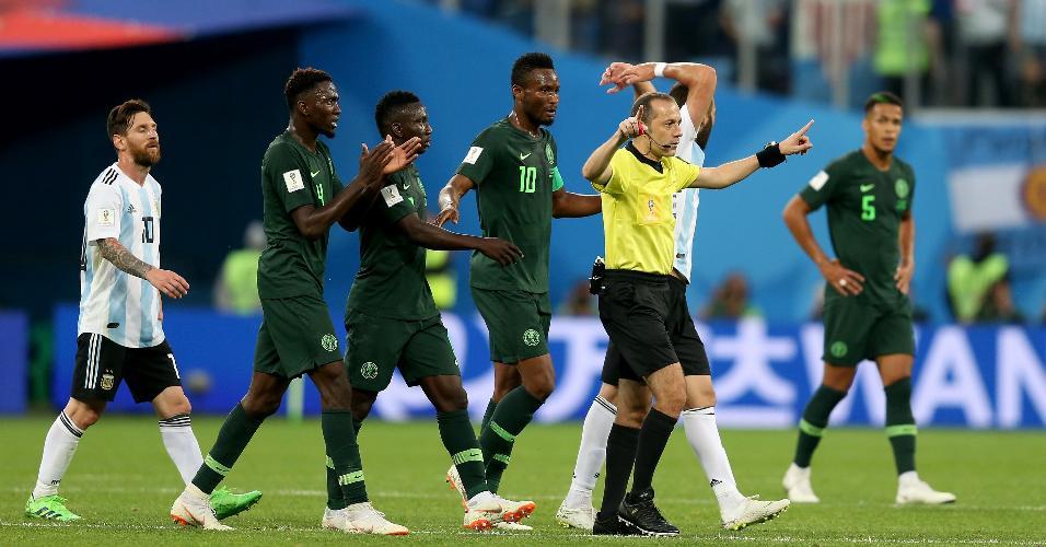 Árbitro Cuneyt Cakir consulta árbitro de vídeo, mas não assinala segundo pênalti para a Nigéria contra a Argentina
