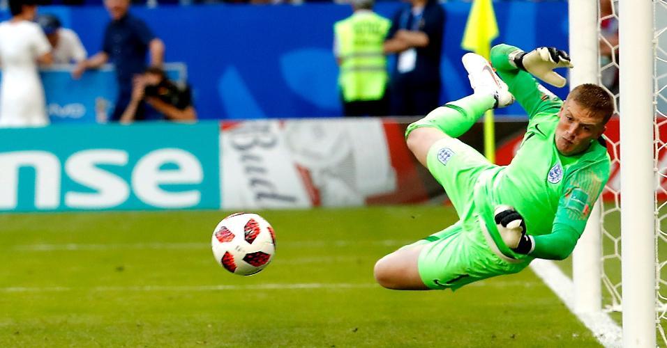 Jordan Pickford, goleiro da Inglaterra, pula para defender no jogo contra a Suécia