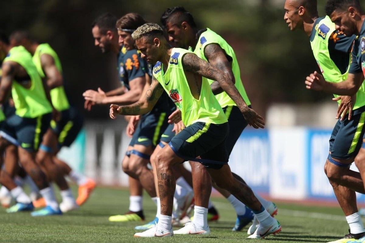 Neymar treina com grupo da seleção brasileira