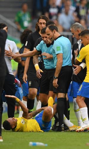 Neymar se contorce após jogada na lateral de campo
