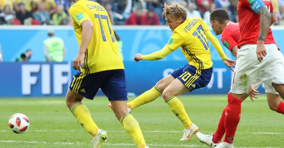 Emil Forsberg chuta e abre o placar para a Suécia contra a Suíça