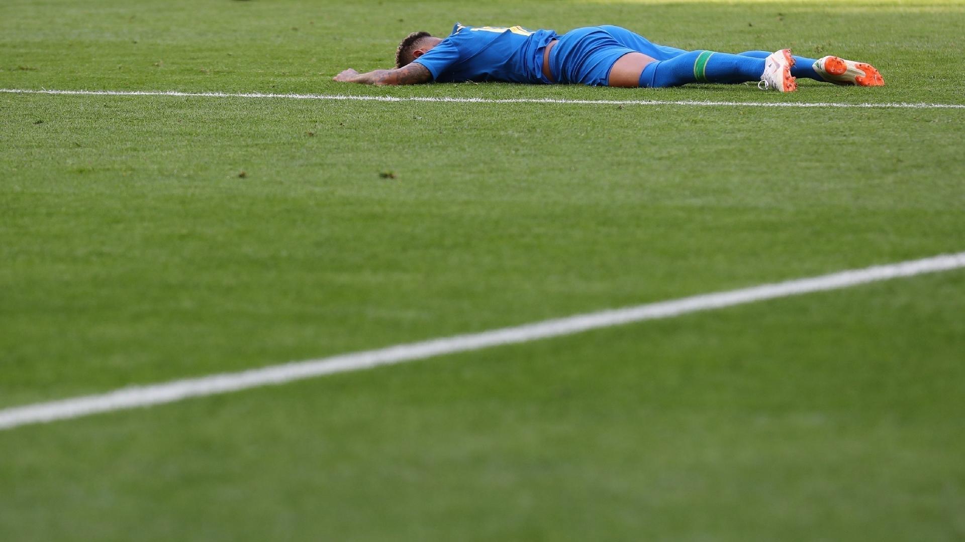 Neymar sofreu forte marcação da Costa Rica. Adversários reclamam que atacante brasileiro simulou falta