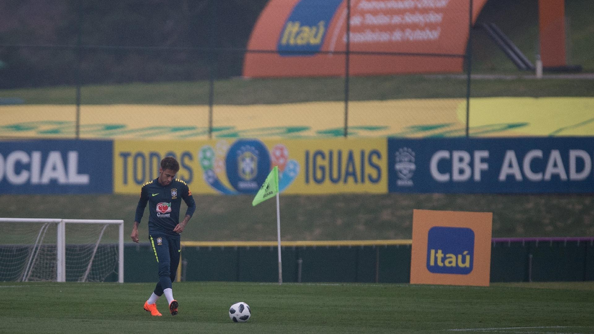 Neymar treina com bola na Granja Comary