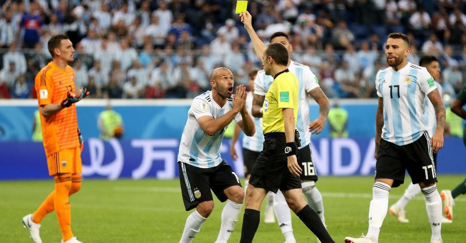Árbitro Cuneyt Cakir dá pênalti para a Nigéria e cartão amarelo para Javier Mascherano, da Argentina
