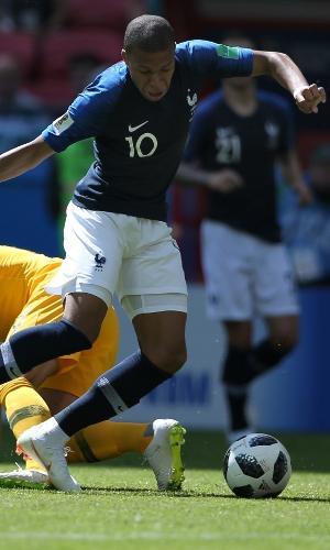 Kylian Mbappé sofre marcação de Joshua Risdon