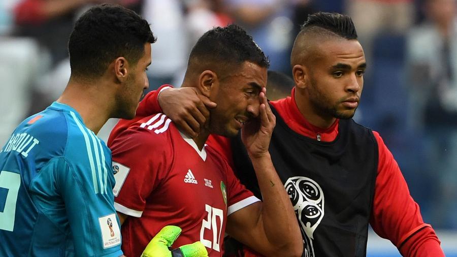 Aziz Bouhaddouz, da seleção do Marrocos, sai de campo chorando após marcar gol contra e dar a vitória para o Irã - FP PHOTO / Paul ELLIS