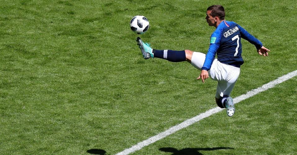 Griezmann domina a bola no primeiro tempo de partida contra a Austrália