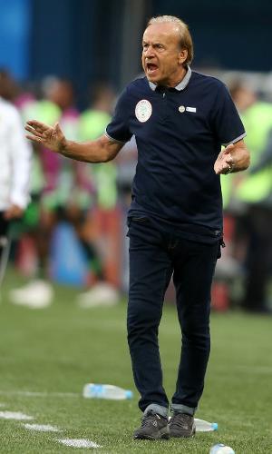 O técnico Gernot Rohr orienta os jogadores da Nigéria em jogo contra a Argentina