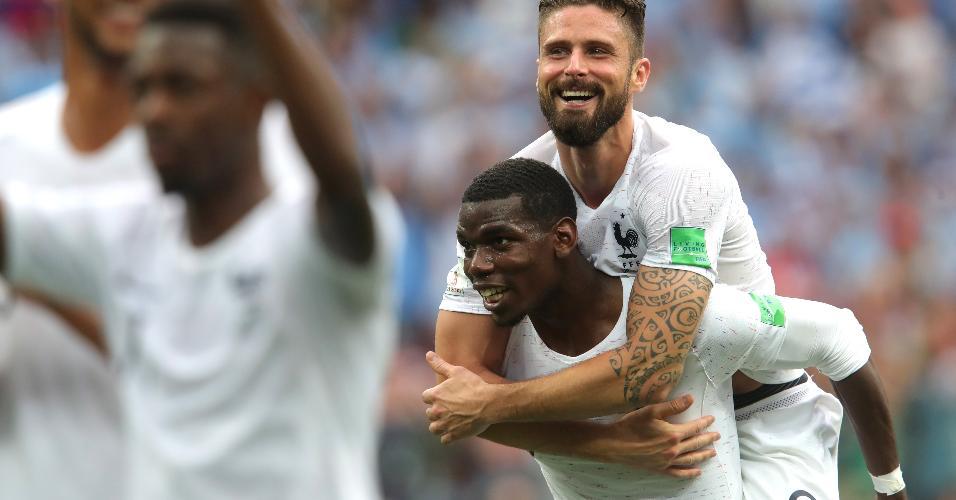 Pogba e Giroud comemoram classificação da França para as semis da Copa do Mundo