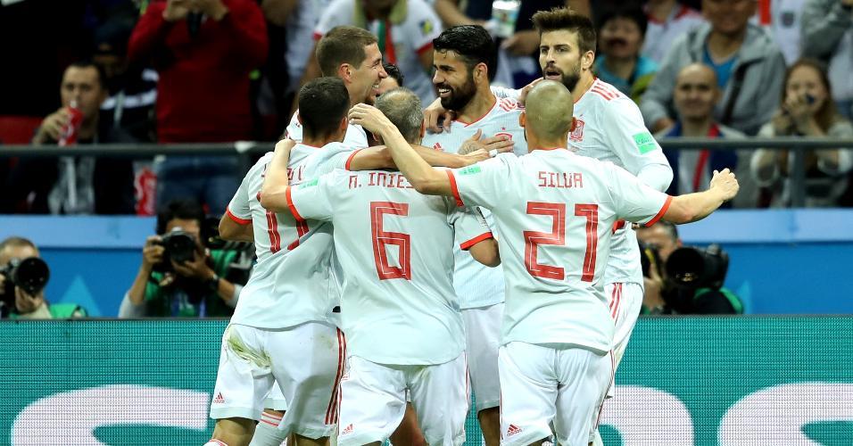 Jogadores da Espanha comemoram gol de Diego Costa contra o Irã