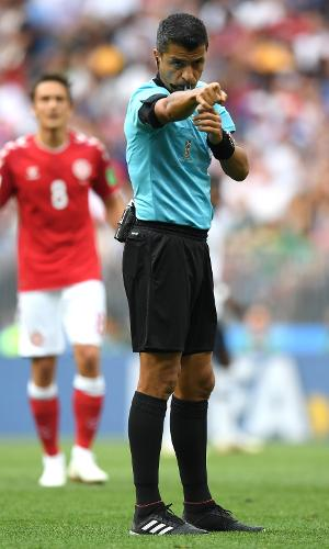 Brasileiro Sandro Meira Ricci apita a partida
