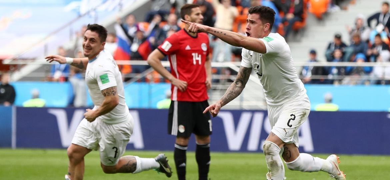 Jose Gimenez anotou o primeiro gol uruguaio no Mundial e pode ficar fora das oitavas de final - Getty Images
