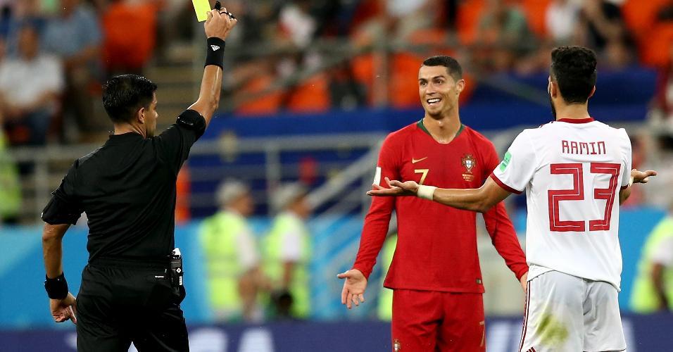 Cristiano Ronaldo reclama de cartão amarelo após o árbitro Enrique Cáceres consultar o VAR