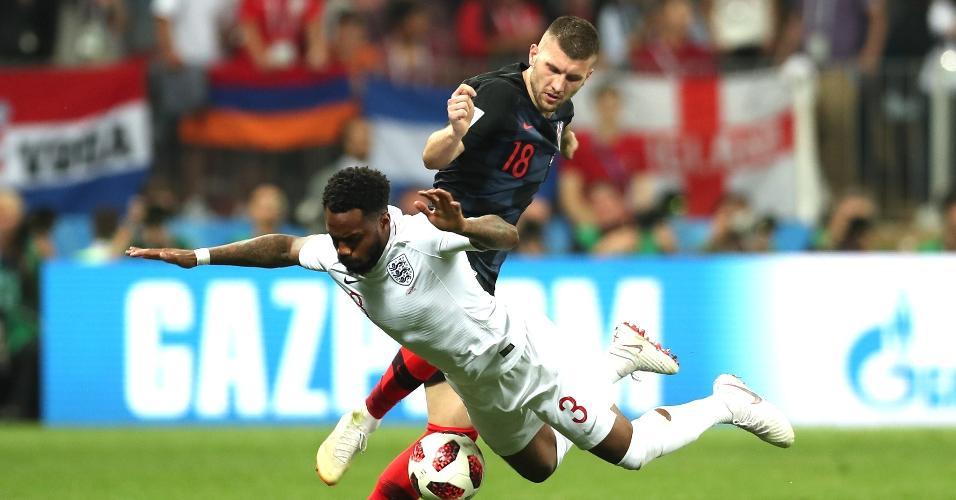 Danny Rose, da Inglaterra, cai depois de lance disputado com Ante Rebic, da Croácia, em prorrogação