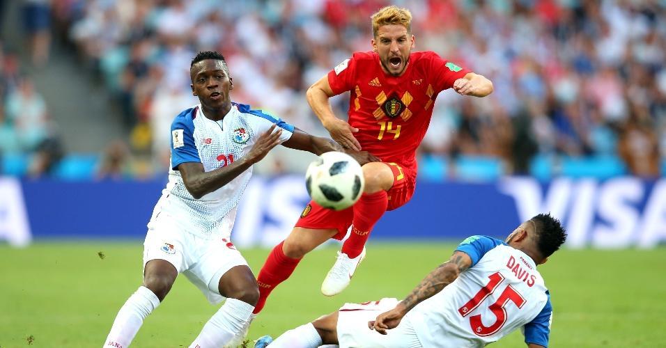 Jose Luis Rodriguez e Eric Davis, da seleção do Panamá, marcam firme Dries Mertens, da Bélgica