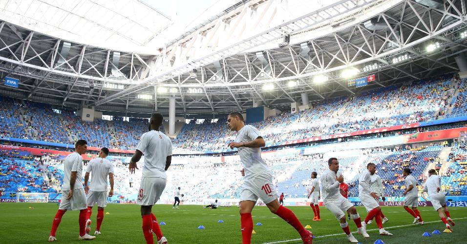 Jogadores da Suíça aquecem antes de jogo contra a Suécia
