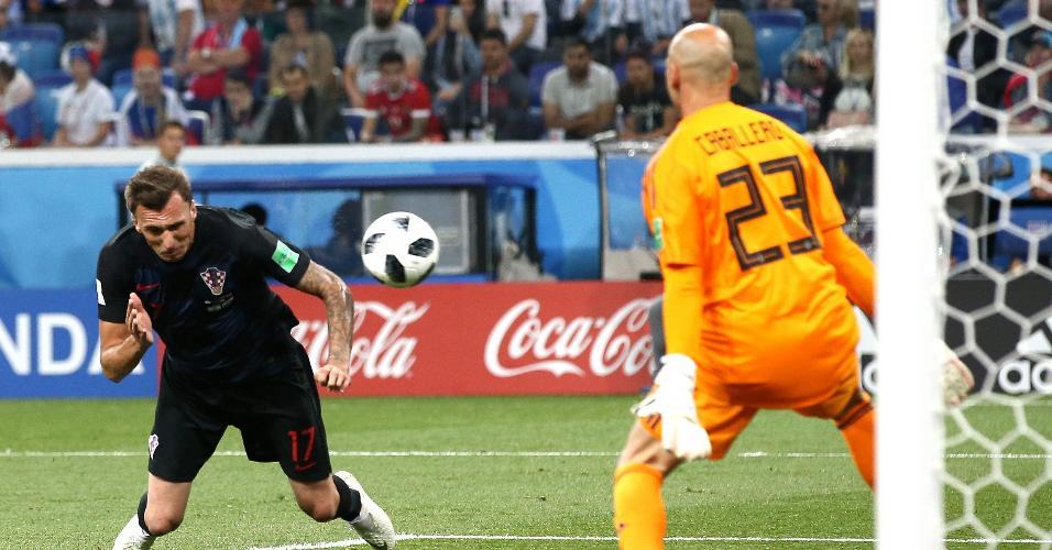 Mario Mandzukic, da Croácia, perde chance clara de gol em partida contra a Argentina